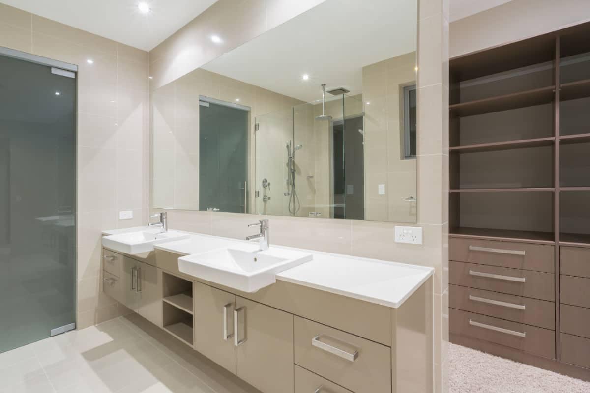 badkamer met ingebouwde kasten
