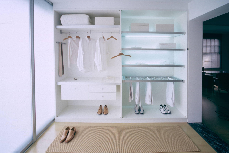 moderne witte kledingkast